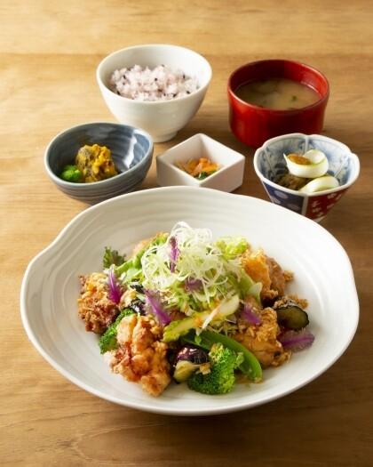 野菜たっぷりの唐揚げ定食